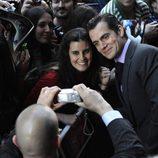 Henry Cavill atendiendo a los fans en la premiere de 'El hombre de acero' en Madrid