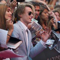 Jamie Campbell Bower atiende a los fans en la premiere de 'Cazadores de Sombras: Ciudad de Hueso' en Madrid