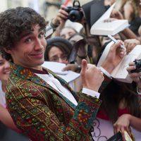 Robert Sheehan atiende a los fans en la premiere de 'Cazadores de Sombras: Ciudad de Hueso' en Madrid