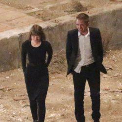Robert Pattinson paseando con Mia Wasikowska en el rodaje de 'Maps to the stars'