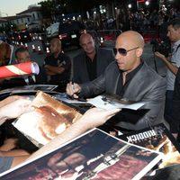 Vin Diesel atiende a los fans en la premiere mundial de 'Riddick' en Los Angeles
