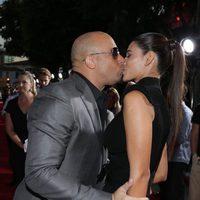 Vin Diesel y su esposa se dan un beso en la premiere mundial de 'Riddick' en Los Angeles