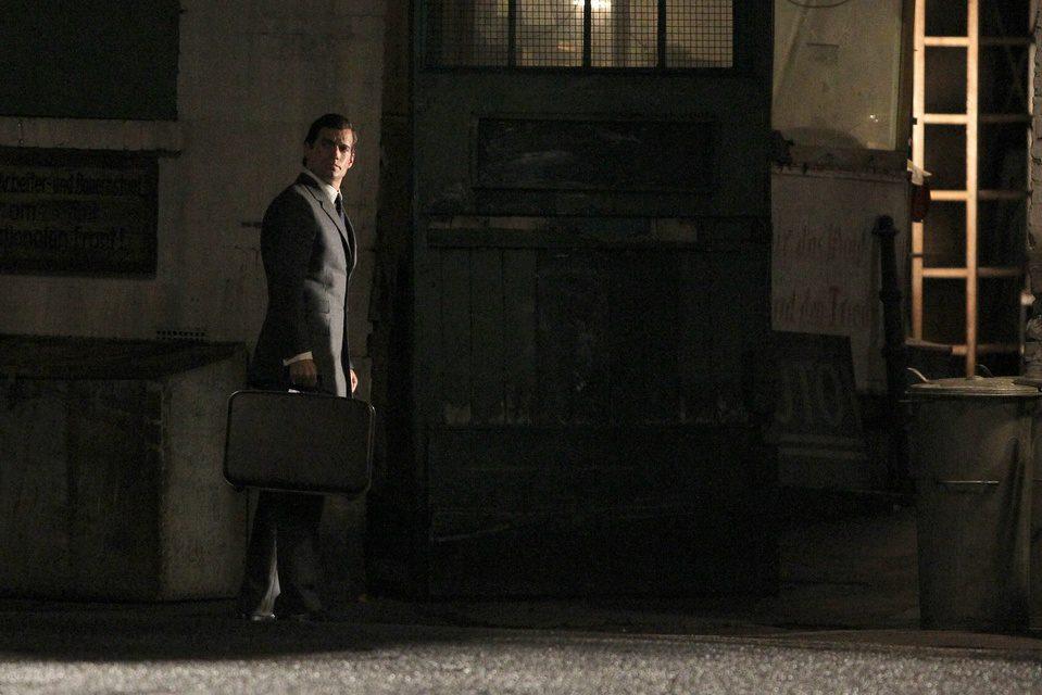 Henry Cavill con una maleta en el rodaje de 'The Man from U.N.C.L.E.'