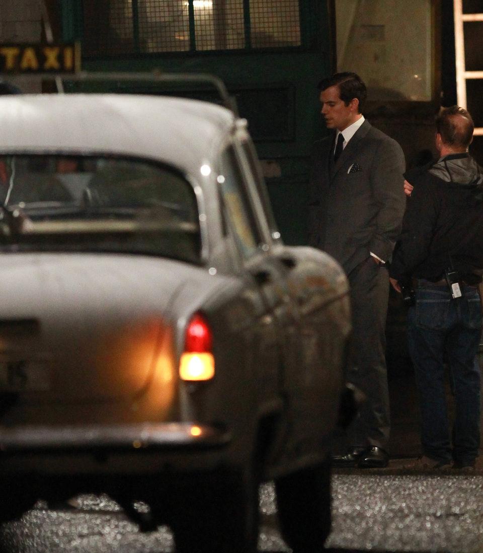 Henry Cavill junto a un coche en el rodaje de 'The Man From U.N.C.L.E.'