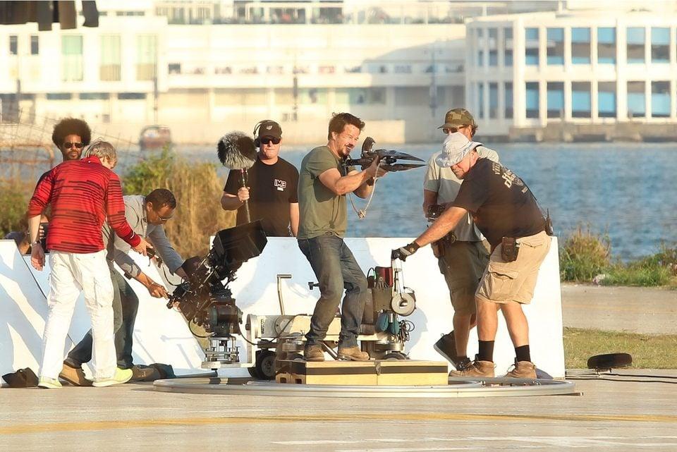 Mark Wahlberg dispara con un arma en el rodaje de 'Transformers 4: La era de la extinción' en Hong Kong