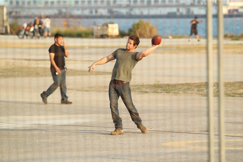Mark Wahlberg juega con un balón en el rodaje de 'Transformers 4: La era de la extinción' en Hong Kong