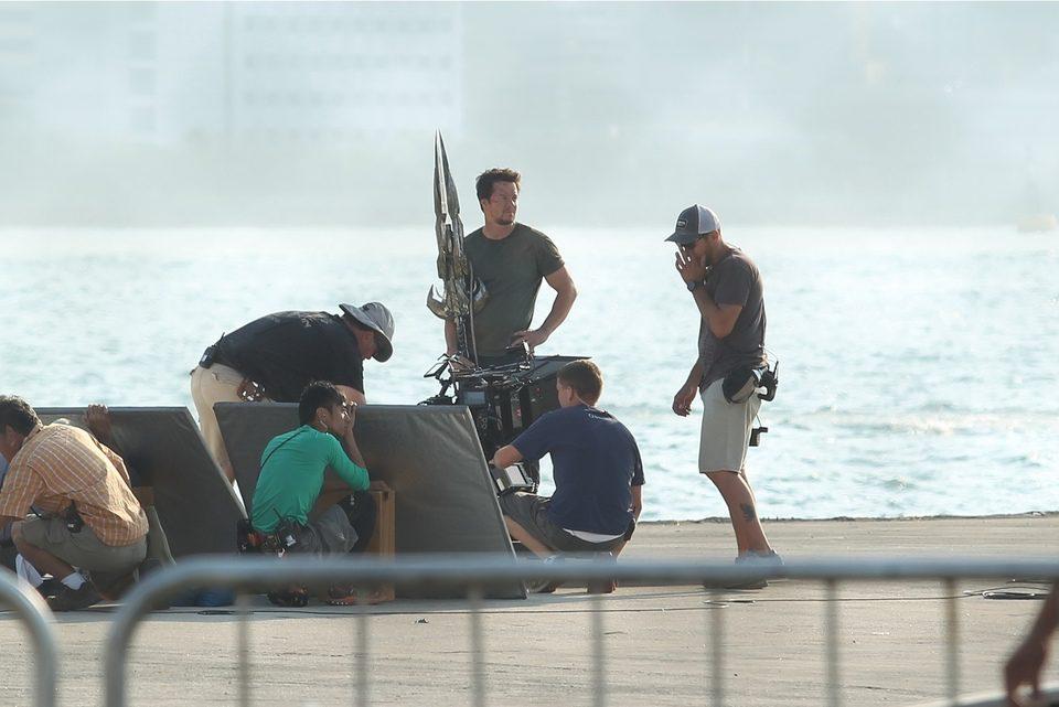 Mark Wahlberg llevando una extraña arma en el rodaje de 'Transformers 4: La era de la extinción' en Hong Kong