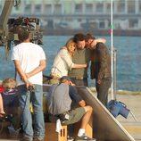 Nicola Peltz, Mark Wahlberg y Jack Reynor abrazados en el rodaje de 'Transformers 4: La era de la extinción' en Hong Kong