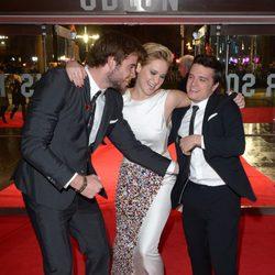 Liam Hemsworth, Jennifer Lawrence y Josh Hutcherson se divierten en la premiere mundial de 'Los Juegos del Hambre: En llamas' en Londres