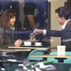 Dakota Johnson y Jamie Dornan en el rodaje de 'Cincuenta sombras de Grey' en Vancouver
