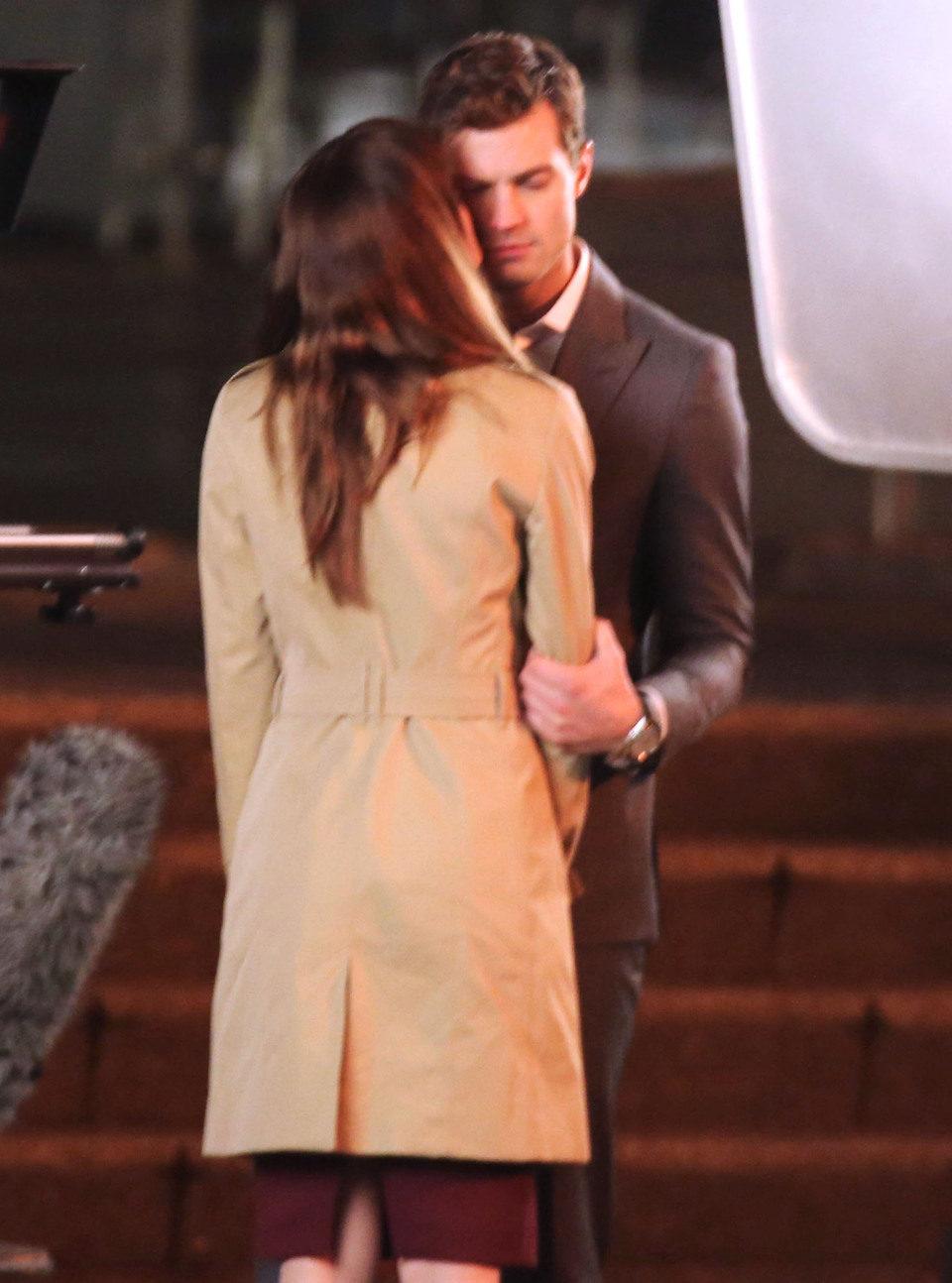 Dakota Johnson besa a Jamie Dornan en el rodaje de 'Cincuenta sombras de Grey' en Vancouver