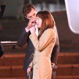 Jamie Dornan acaricia a Dakota Johnson en el rodaje de 'Cincuenta sombras de Grey' en Vancouver