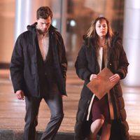 Jamie Dornan y Dakota Johnson muy abrigados en el set de rodaje de 'Cincuenta sombras de Grey' en Vancouver