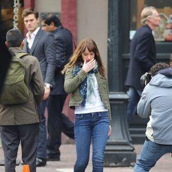 Dakota Johnson se aleja triste después del encuentro con Jamie Dornan en el rodaje de 'Cincuenta sombras de Grey'