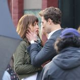 Jamie Dornan sujeta la cara de Dakota Johnson en el rodaje de 'Cincuenta sombras de Grey'