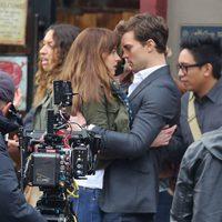 Dakota Johnson y Jamie Dornan muy cómplices en el rodaje de 'Cincuenta sombras de Grey'