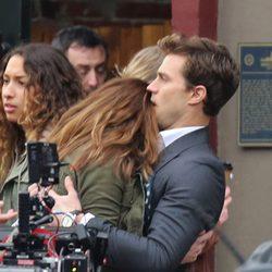 Dakota Johnson se apoya en el hombro de Jamie Dornan en el rodaje de 'Cincuenta sombras de Grey'