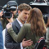 Dakota Johnson y Jamie Dornan conversan abrazados en el rodaje de 'Cincuenta sombras de Grey'