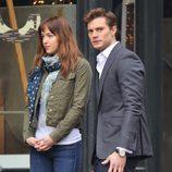 Dakota Johnson y Jamie Dornan a punto de grabar una escena amorosa en el rodaje de 'Cincuenta sombras de Grey'