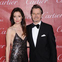 Gary Oldman y Alexandra Edenborough en la gala de premios del Festival Internacional de Palm Springs