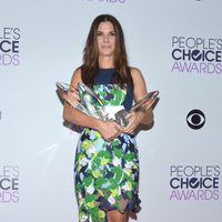 Sandra Bullock posa con sus premios en los People's Choice Awards 2014