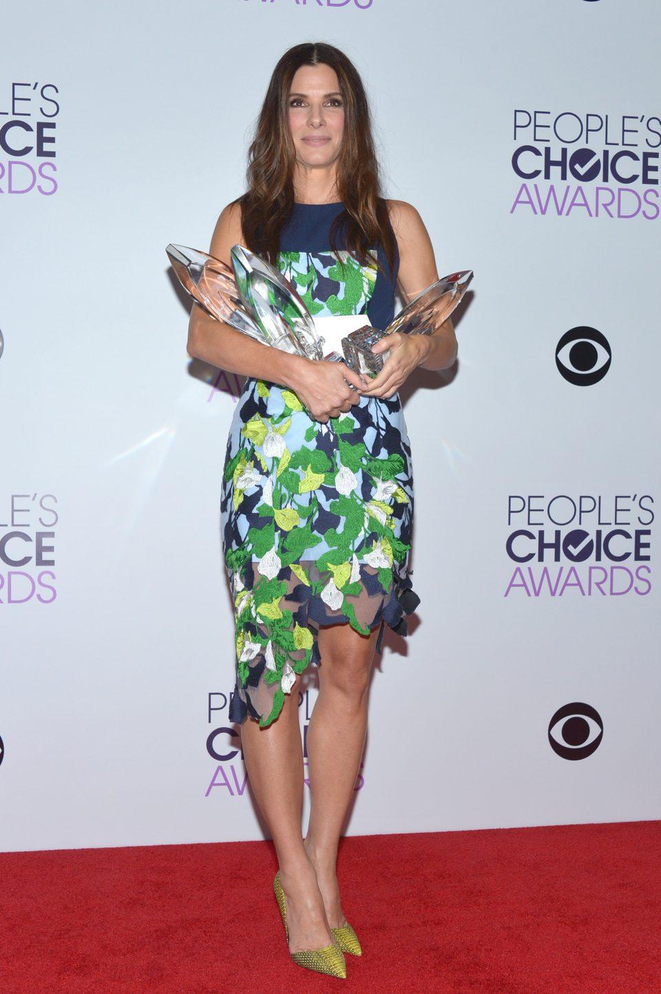 Sandra Bullock posa con sus premios en los People's Choice Awards 2014