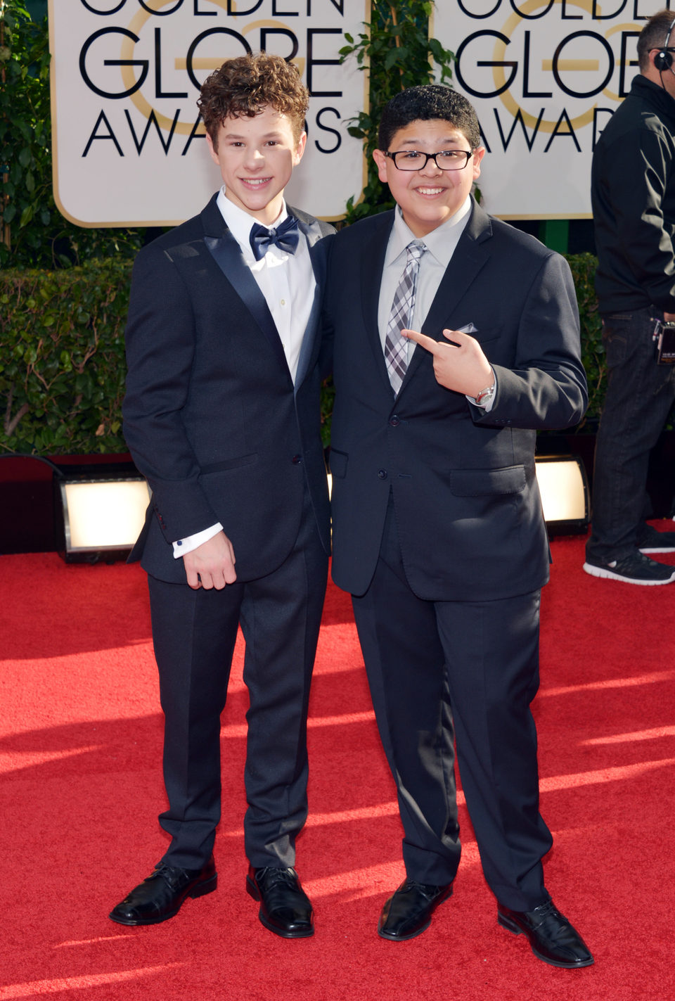 Nolan Gould y Rico Rodríguez en los Globos de Oro 2014