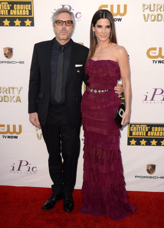 Alfonso Cuarón y Sandra Bullock a su llegada a la gala de los Critics' Choice Movie Awards 2014