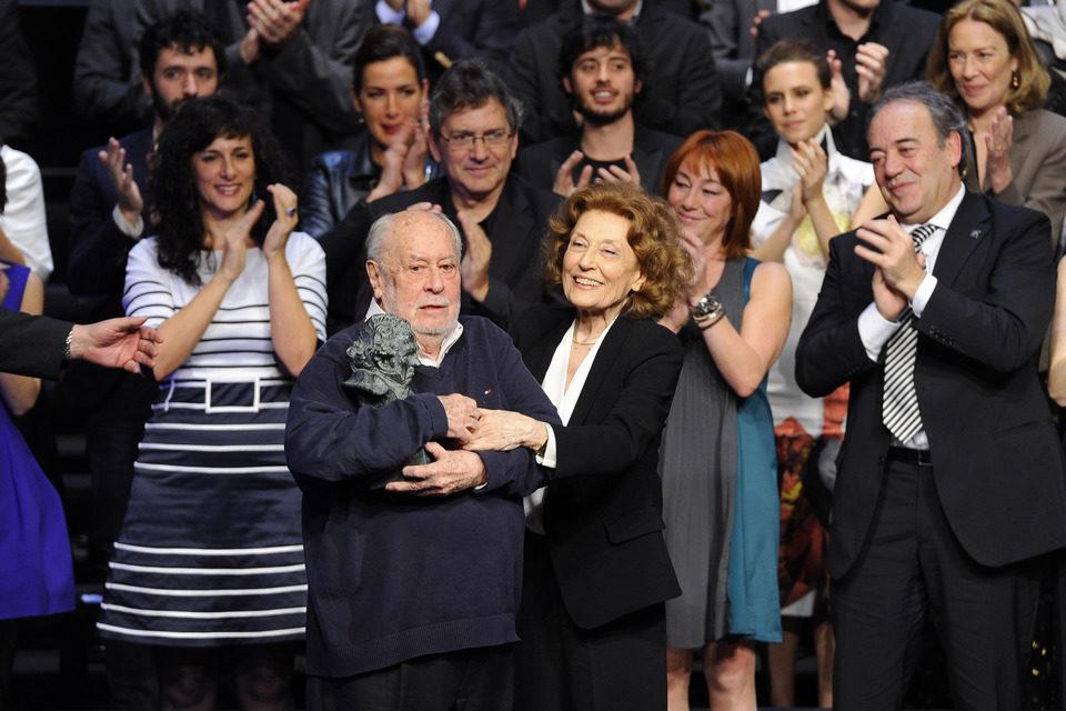 Jaime de Armiñán recibe el Goya de Honor de manos de Julia Gutiérrez Caba