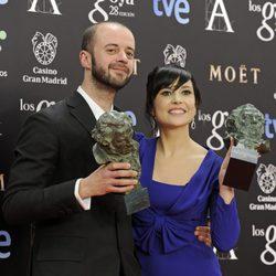 Fernando Franco y Marian Álvarez posan con su Goya al mejor director novel y la mejor actriz