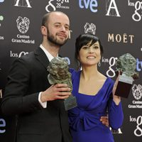 Fernando Franco y Marian Álvarez posan con su Goya al mejor director novel y la mejor actriz