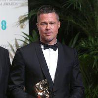 Brad Pitt posa con su premio BAFTA 2014