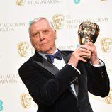 Peter Greenaway posa con su premio BAFTA 2014