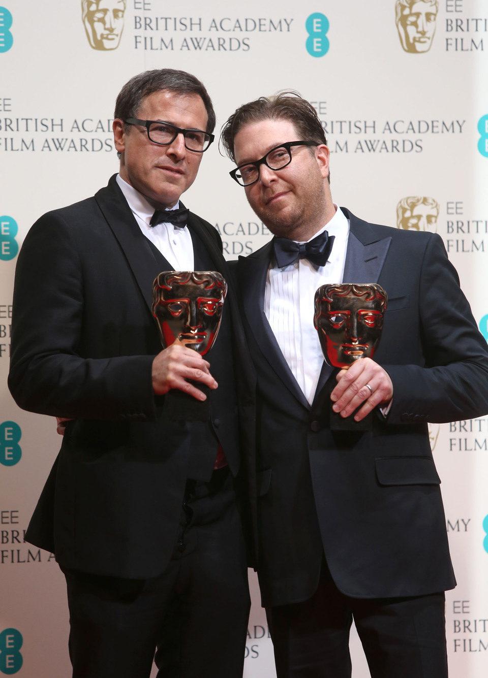 David O. Russell y Eric Warrensinger posan con su premio BAFTA 2014