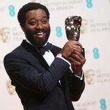 Chiwetel Ejiofor posa con su premio BAFTA 2014