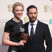 Cate Blanchett posa con su premio BAFTA 2014 junto a Tom Brady