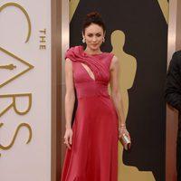 Olga Kurylenko en la alfombra roja de los Oscar 2014