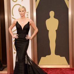 Charlize Theron en la alfombra roja de los Oscar 2014