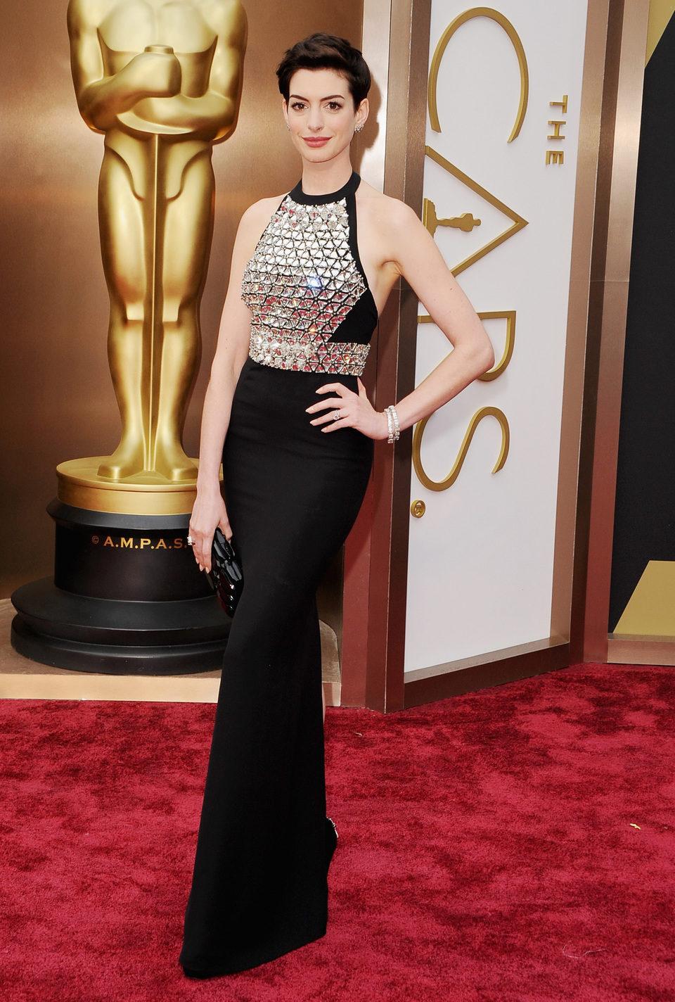 Anne Hathaway en la alfombra roja de los Oscar 2014