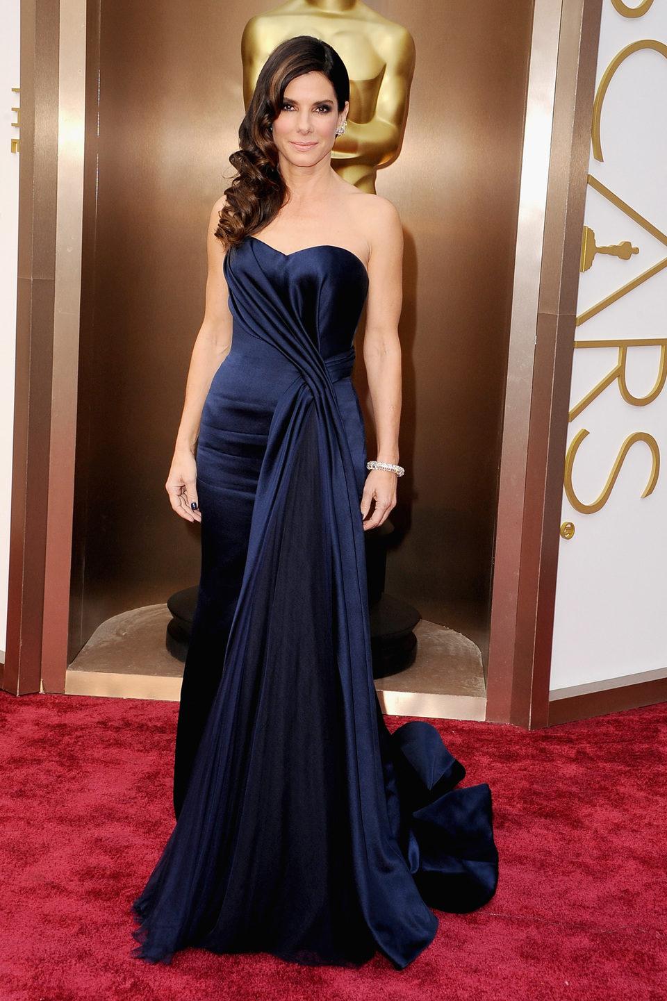 Sandra Bullock en la alfombra roja de los Oscar 2014
