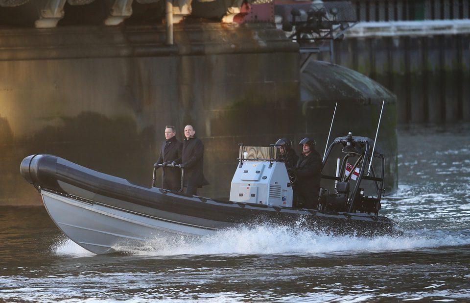 Daniel Craig y Rory Kinnear cruzan el Támesis en el rodaje de 'SPECTRE'