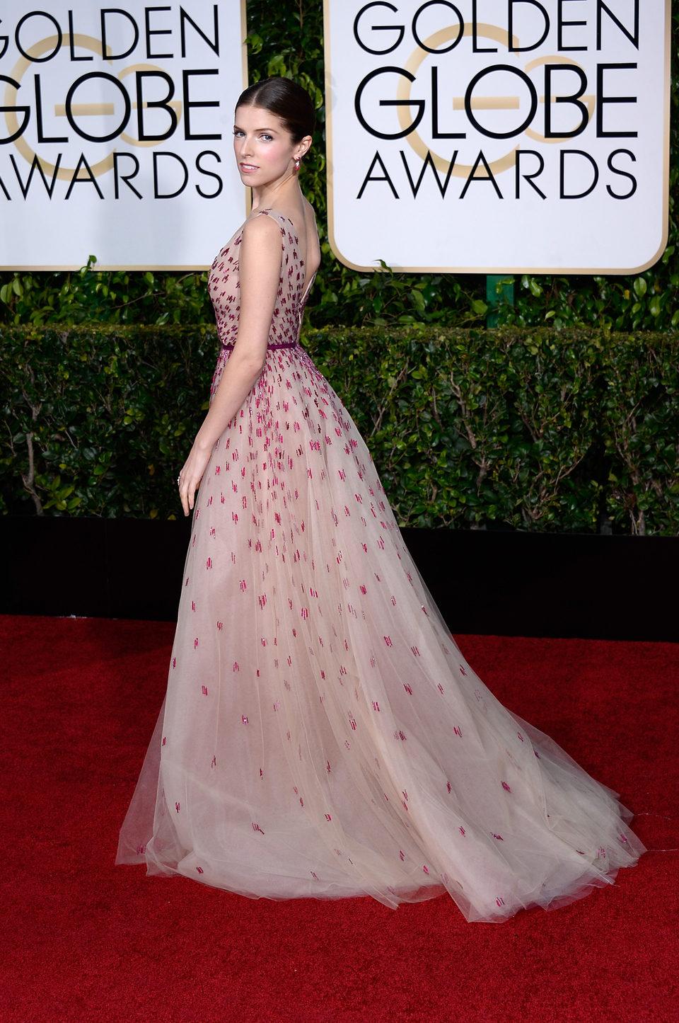 Anna Kendrick en la alfombra roja de los Globos de Oro 2015