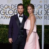Matthew McConaughey y Camila Alves en la alfombra roja de los Globos de Oro 2015