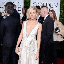 Sienna Miller en la alfombra roja de los Globos de Oro 2015