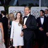 Jeff Goldblum y Emilie Livingston en la alfombra roja de los Globos de Oro 2015