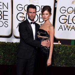 Adam Levine y Behati Prinsloo en la alfombra roja de los Globos de Oro 2015