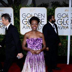 Lupita N'yongo en la alfombra roja de los Globos de Oro 2015