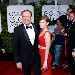 Kevin Spacey y Kate Mara en la alfombra roja de los Globos de Oro 2015