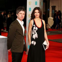 Noel Gallagher y Sarah MacDonald en los BAFTA 2015