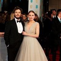 Laura Haddock y Sam Claflin en los BAFTA 2015